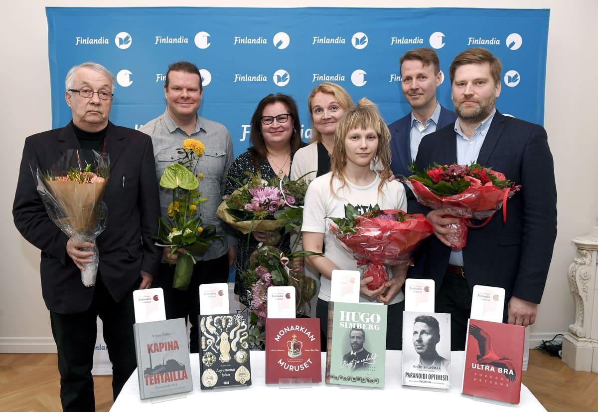 Tietokirjallisuuden Finlandia -ehdokkaat. Kuvassa vasemmalta Seppo Aalto, Tuomas Aivelo, Kaisa Haatanen, Sanna-Mari Hovi, Mervi Vuorela, Risto Siilasmaa ja Ville Similä.