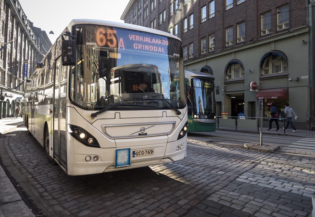 Linja-auto Helsingin Kaisaniemssä.