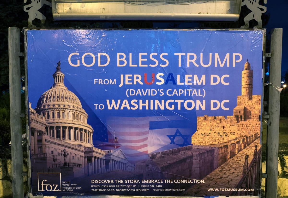 Trumpin päätöstä kiittelevä kyltti Jerusalemissa