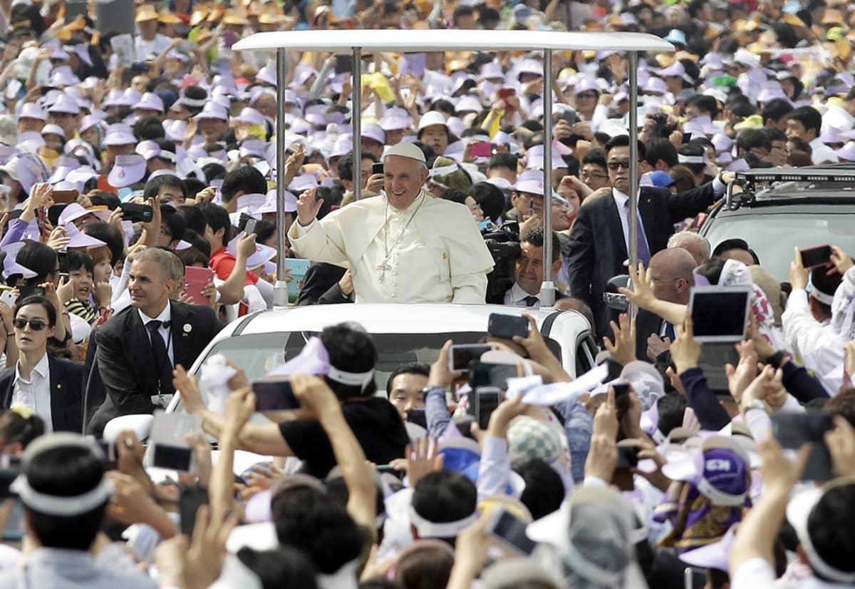 Paavi Franciscus osallistui ulkoilmamessuun Gwanghwamunilla Soulissa 16. elokuuta 2014.