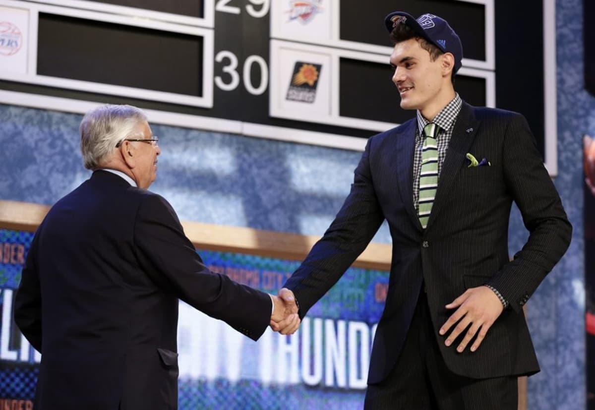 Uuden-Seelannin Steven Adams NBA:n varaustilaisuudessa.