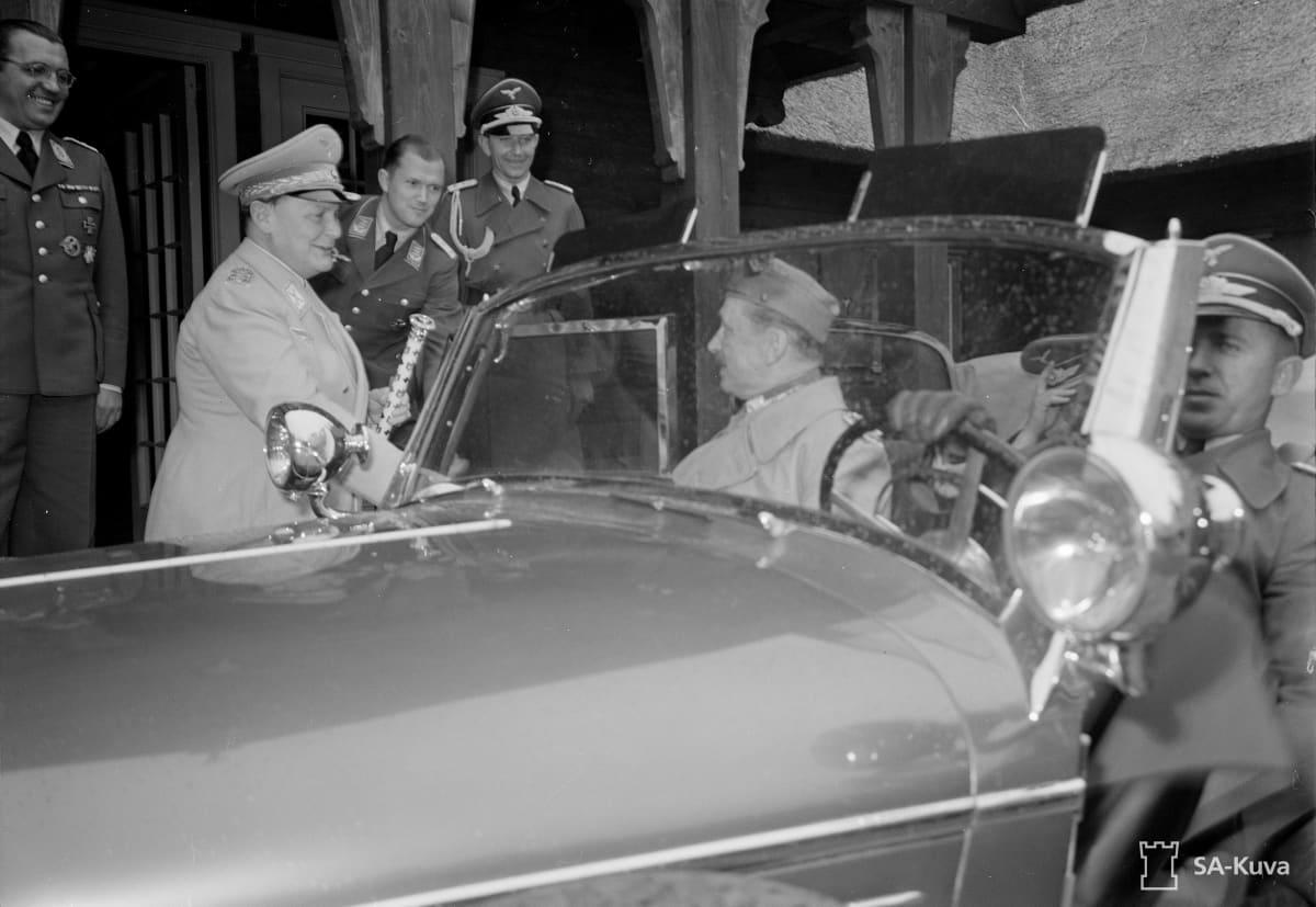 Mannerheim seurueineen matkalla Saksassa, tapaa Hitlerin ym. Valtakunnanmarsalkka Hermann Göring saattamassa Suomen marsalkka Mannerheimia tämän vierailtua metsästysmajalla Itä-Preussissa.