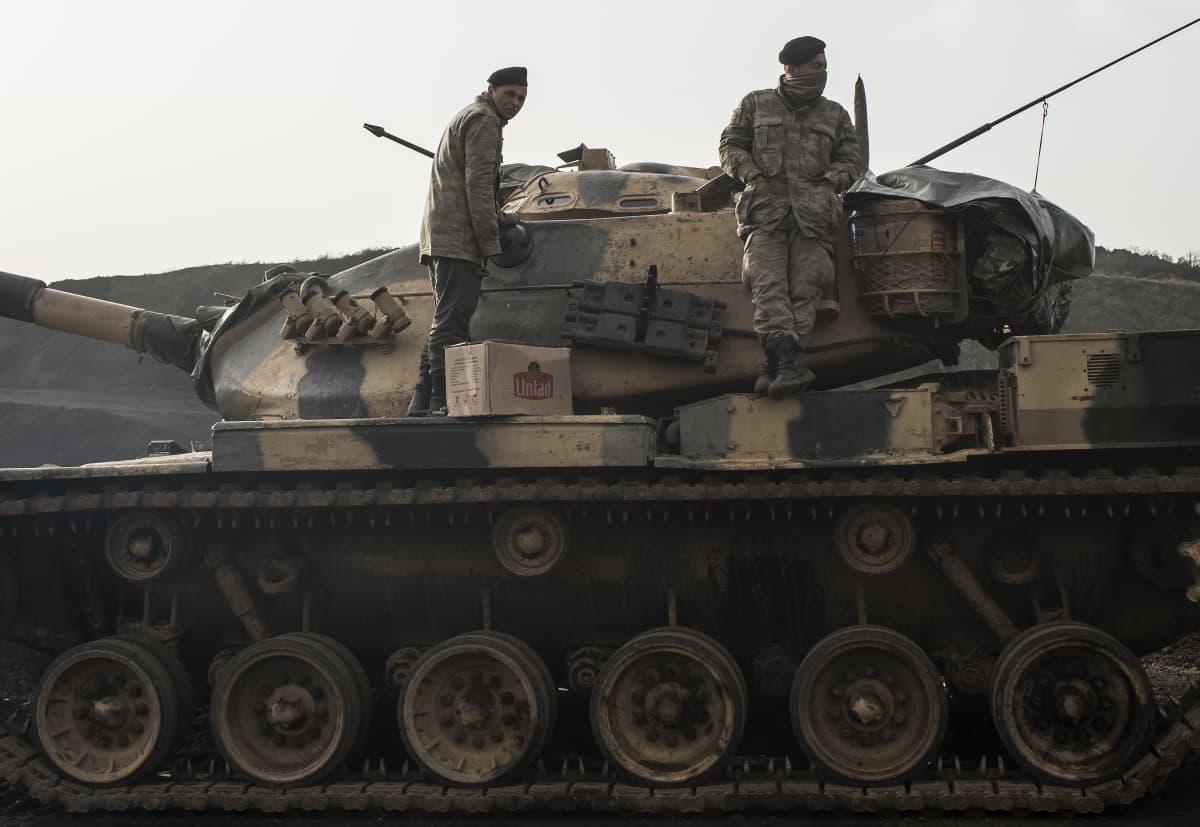 Turkkilaisjoukkoja ylittämässä Syyrian rajaa maanantaina.