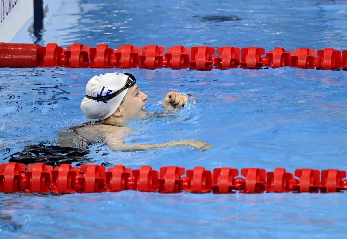 Ida Hulkko riemuitsee altaassa uituaan Suomen ennätyksen 100 metrin rintauinnin alkuerässä Tokion olympialaisissa.