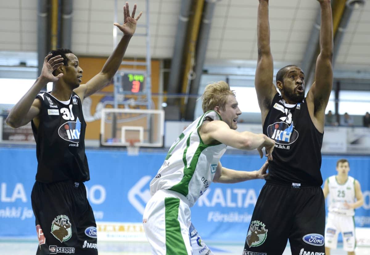 Hongan Tuomas Iisalo (kesk.) ja Kauhajoen Karhun Ray Willis (vas.) ja Justin Baker