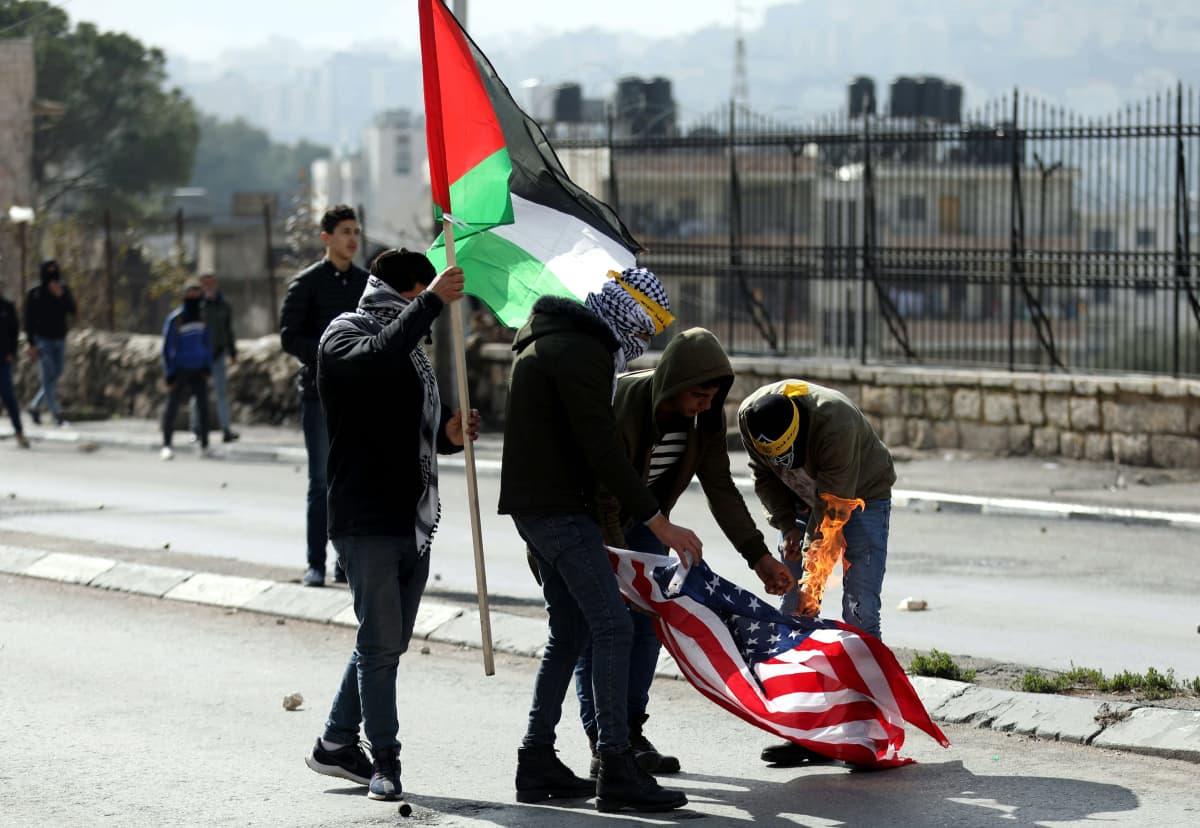 Presidentti Trumpin tiistaista Lähi-idän rauhansuunnitelmaa vastustavat mielenosoittajat polttivat Yhdysvaltain lipun keskiviikkona Betlehemissä, Länsirannalla.