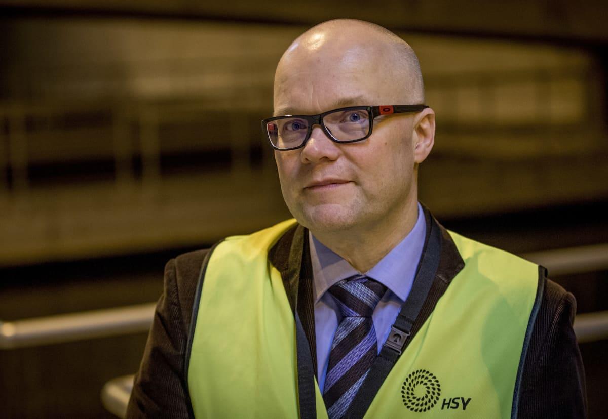 Tutkija Marko Virta HSY:n vedenpuhdistuslaitoksella