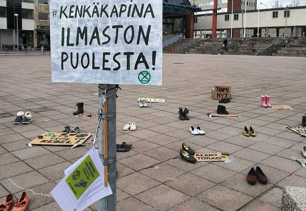 Kenkäpaina Turun Varvintorilla ilmaston puolesta.