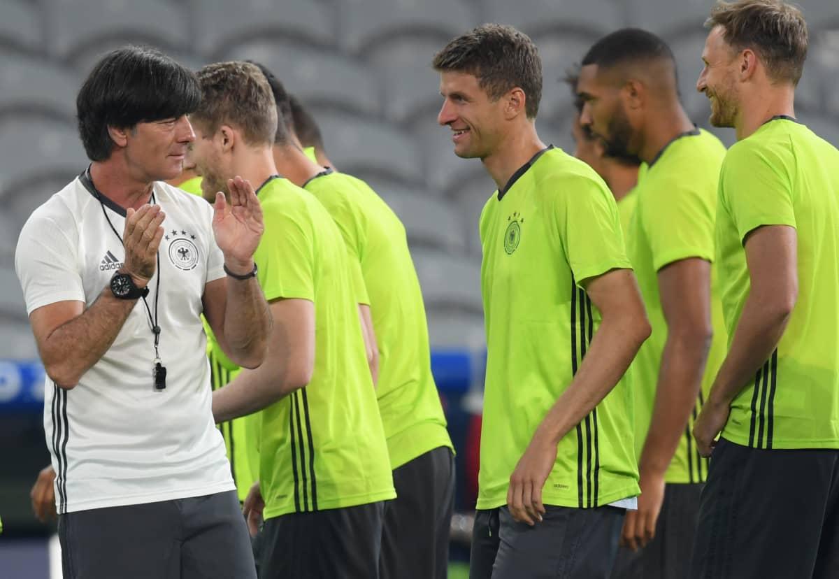 Saksan päävalmentaja Joachim Löw ohjeistaa joukkuettaan.