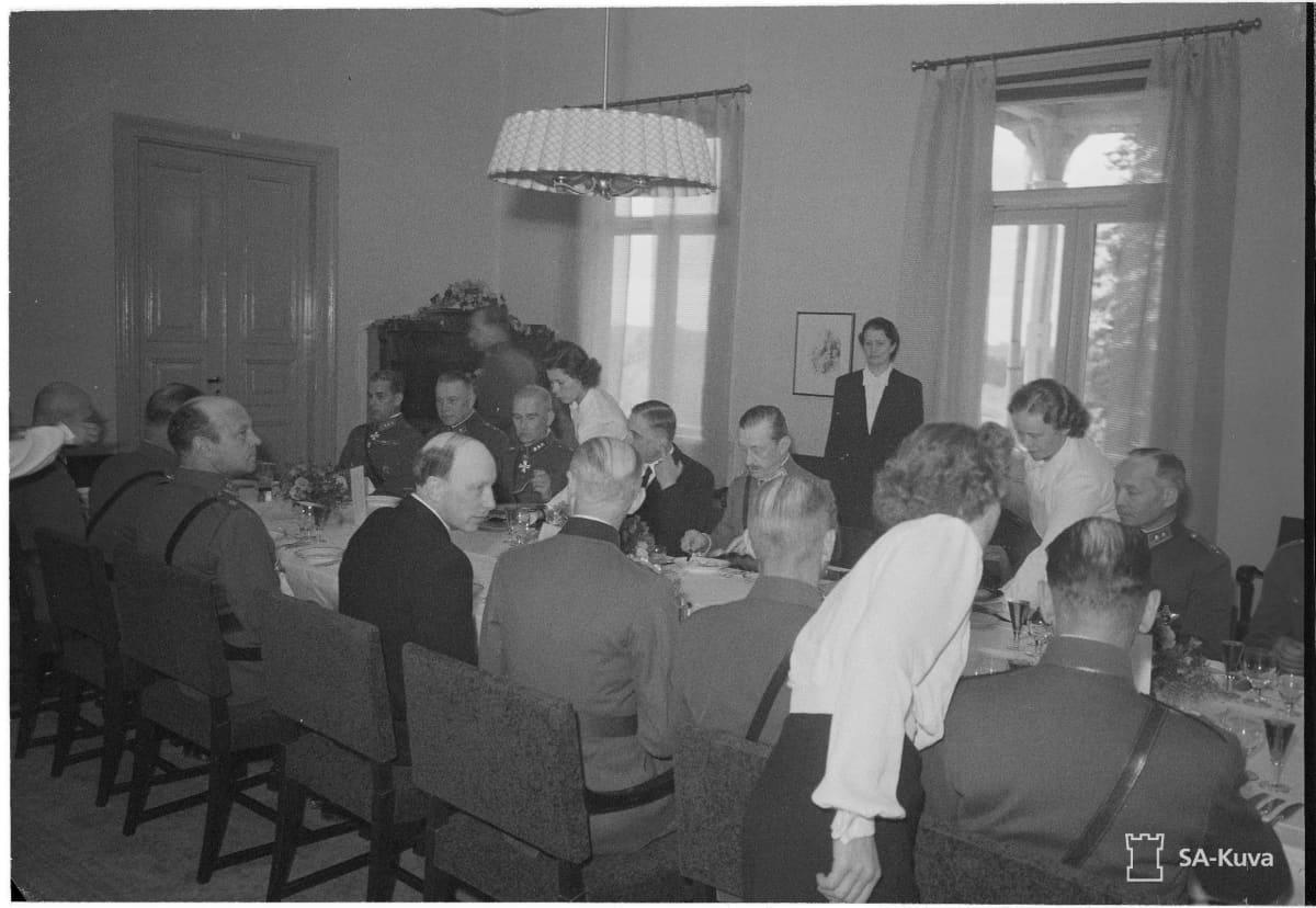 Mannerheimin syntymäpäiväjuhlia vietettiin Sairilan kartanon salissa 4.6.1944.  Vieraana oli mmm. presidentti Risto Ryti.