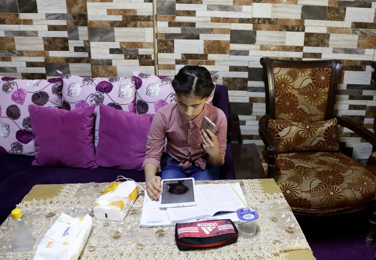 11-vuotias Rawan otti osaa YK:n palestiinalaispakolaisia avustavan UNRWA-järjestön etäkouluhankkeeseen, jolla pyritään estämään koronan leviämistä.