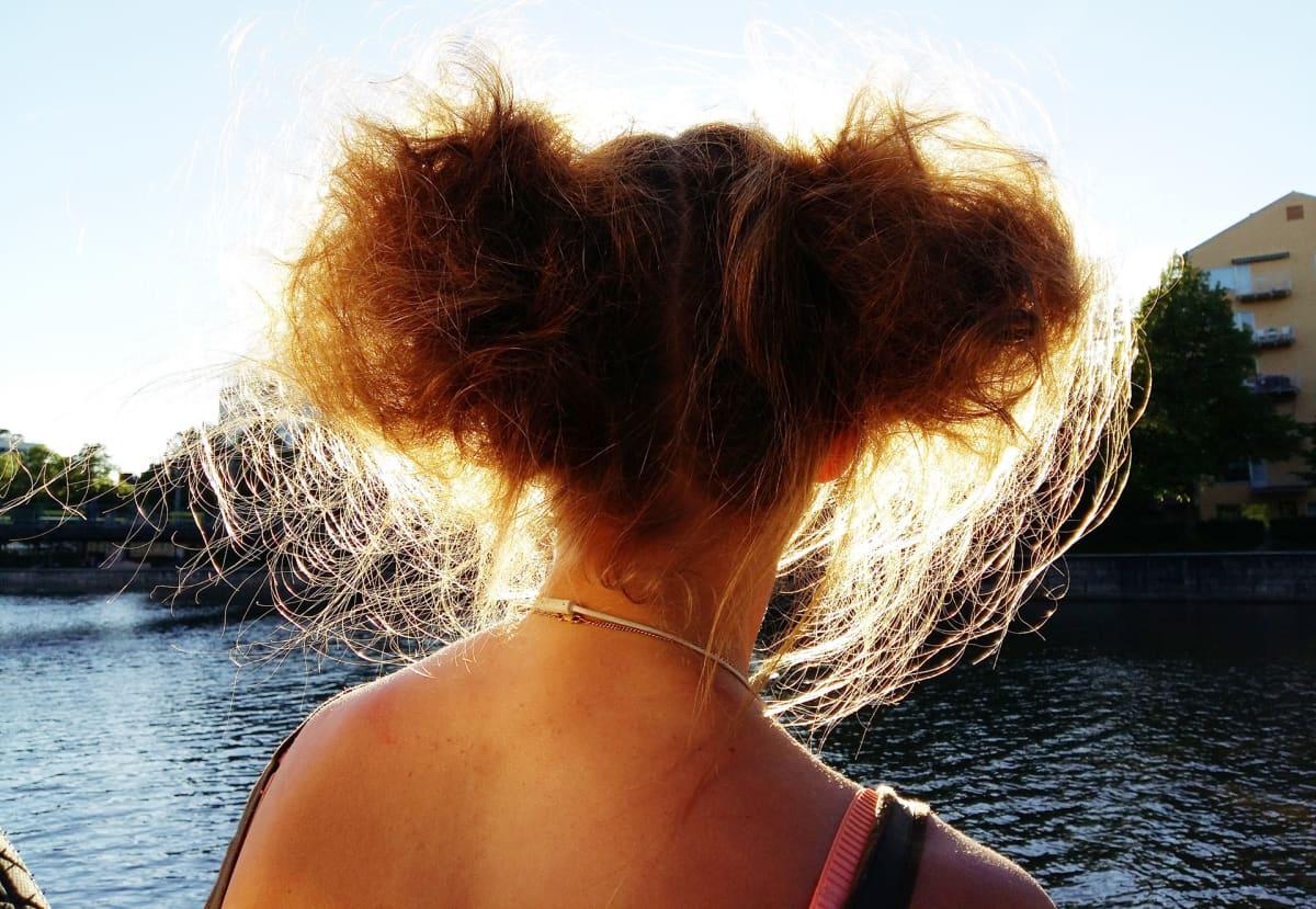 Nainen auringossa.