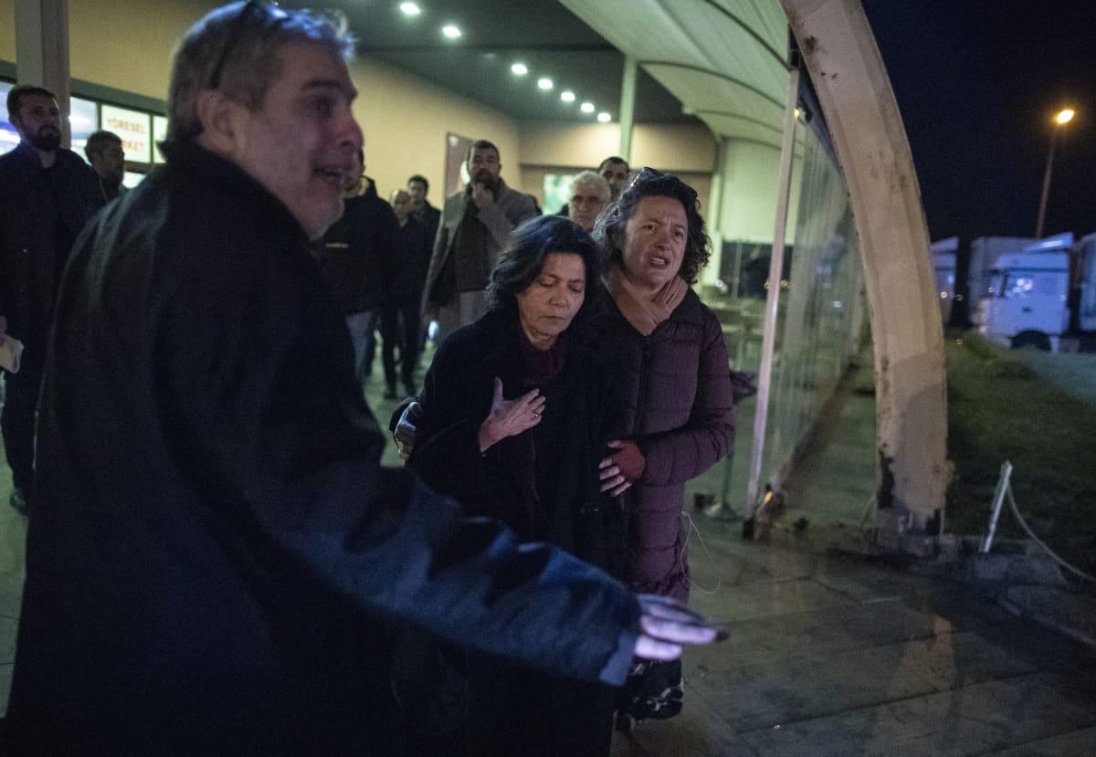 Osman Kavalan vaimo (keskellä) odotti turhaan miehensä pääsyä vapauteen Silivri-vankilan edustalla.