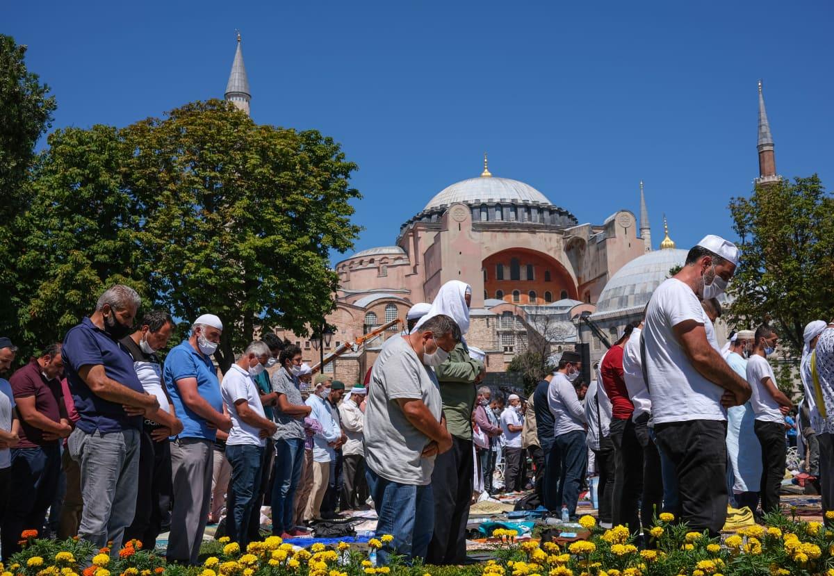 Suuri joukko rukoilevia ihmisiä Hagia Sofian edustalla.
