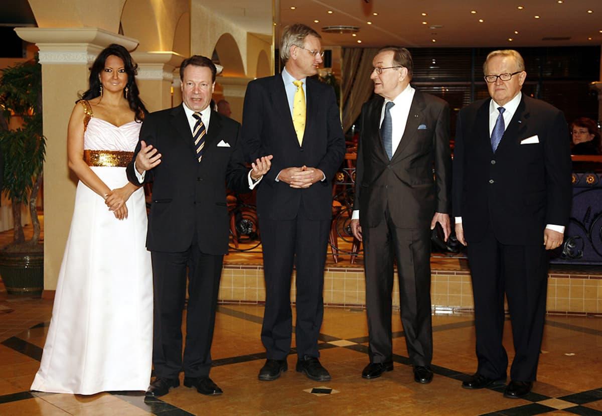 Elina Kiikko, ulkoministeri Ilkka Kanerva, Ruotsin ulkoministeri Carl Bildt, valtioneuvos Harri Holkeri ja presidentti Martti Ahtisaari Kanervan 60-vuotissyntymäpäivillä Turussa 29. tammikuuta 2008.