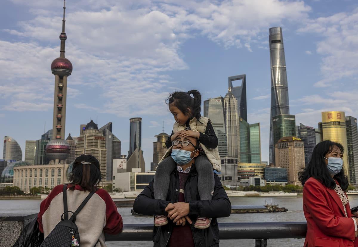 Ihmisiä Shanghaissa.