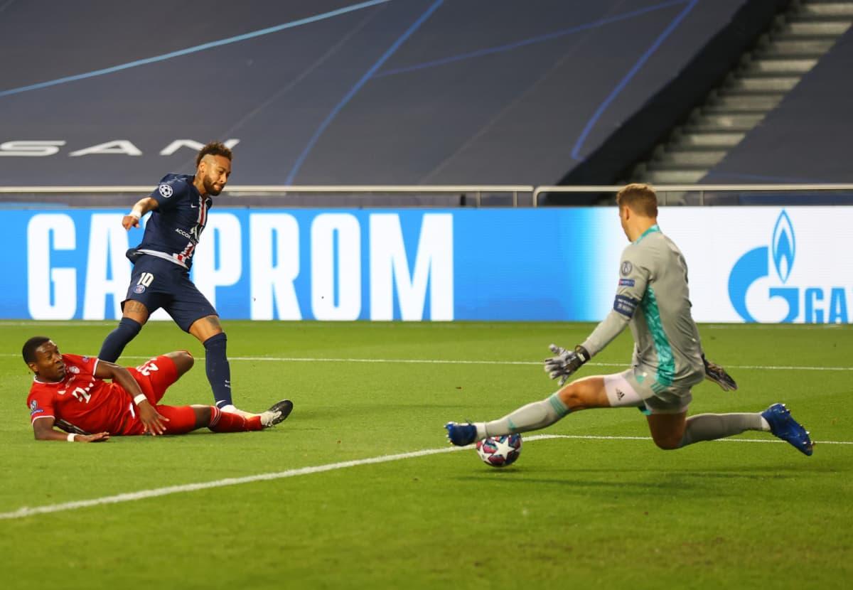 Neymar laukoo Mestarien liigan finaalissa kohti maalia, mutta Manuel Neuer venyy jalkatorjunnallaan pallon eteen.
