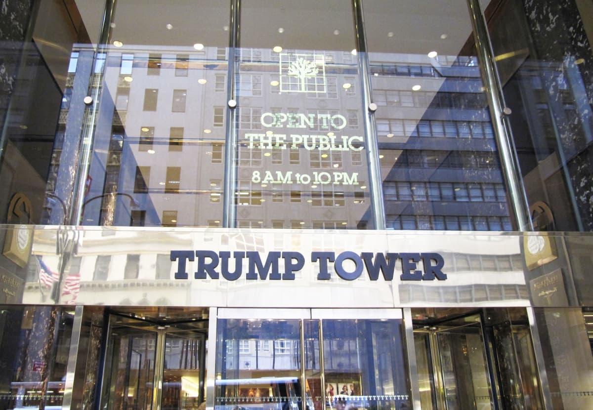 Sisäänkäynti Trump Toweriin Manhattanilla, New Yorkissa.