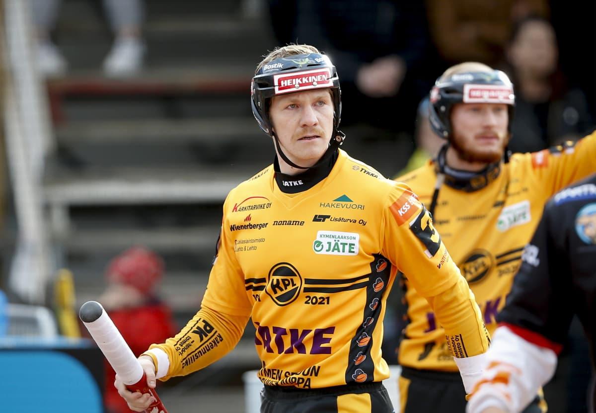 Sieppari Arttu Ruuska miesten pesäpallon Superpesiksen ensimmäisessä finaaliottelussa.