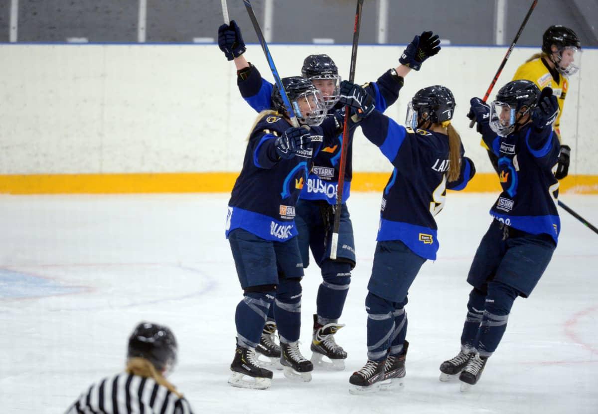 Kiekko-Espoo juhlii maalia Naisten Liigan avausfinaalissa keväällä 2021.