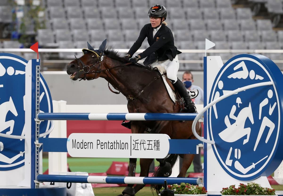 Saksalaisen Annika Schleun kilpailu meni pieleen, kun hänen hevosensa kieltäytyi ylittämästä esteitä.