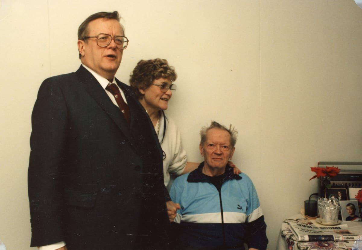 Isoisän viimeinen joulu 1986 vanhainkodissa. Vierailulla esikoispoika Aake vaimonsa Nannen kanssa. Kalle Lehmuksen elämä sammui 3.3.1987 lähes 80-vuoden iässä.