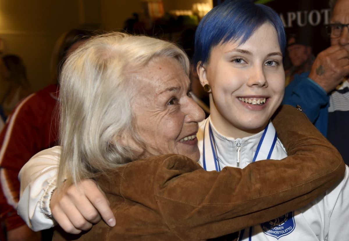 Susanna Törrönen sai isoäidiltään Helvi Törröseltä onnittelut maailmanmestaruuden jälkeen.