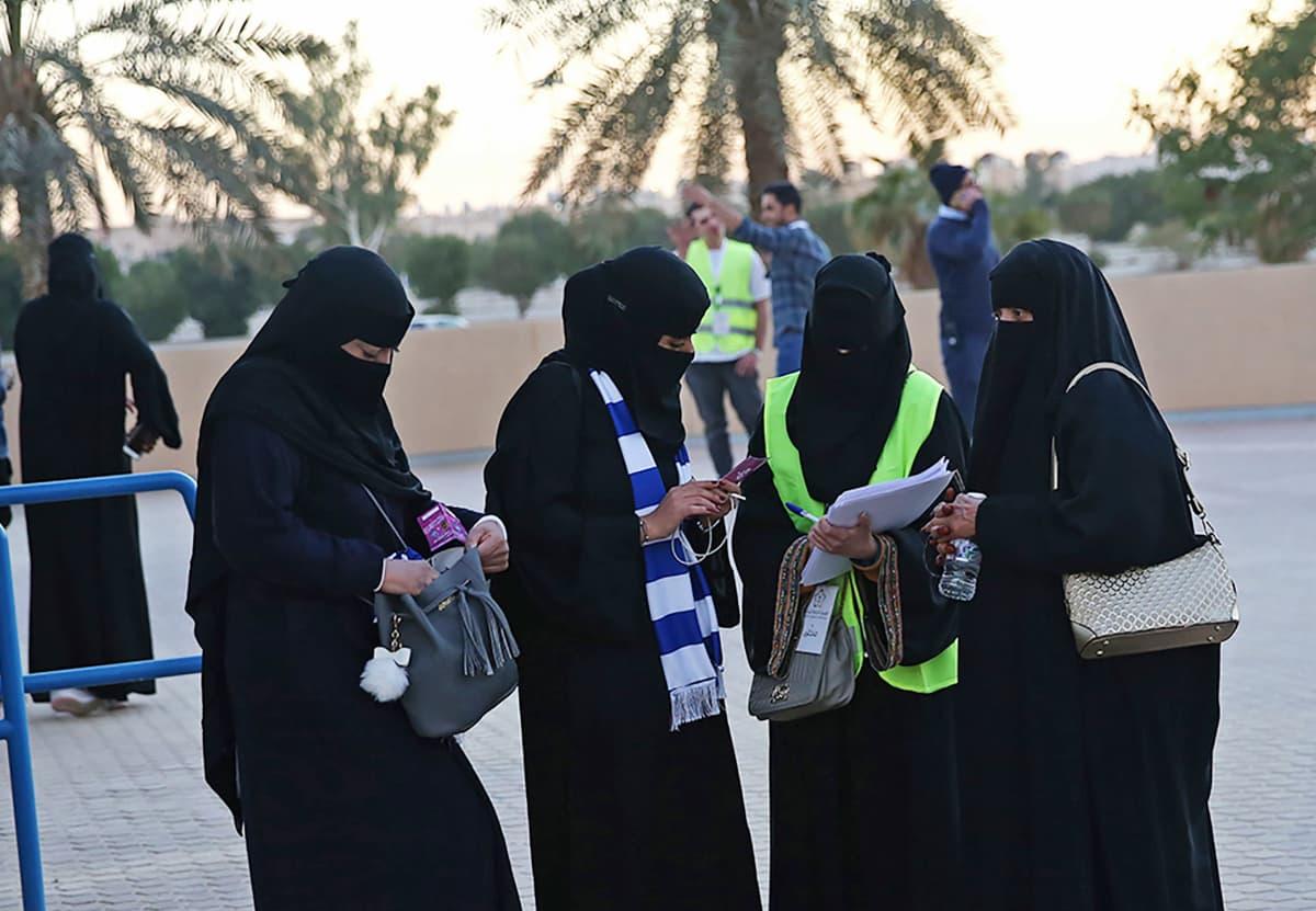 Saudinaisia Riadissa.