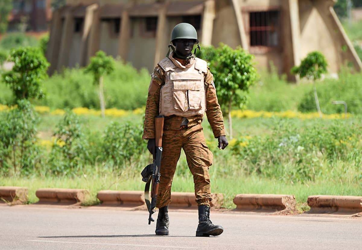 Burkinafasolainen sotilas partioi lähellä presidentin turvallisuusrykmenttiä pääkaupunki Ouagadougoussa 29. syyskuuta.