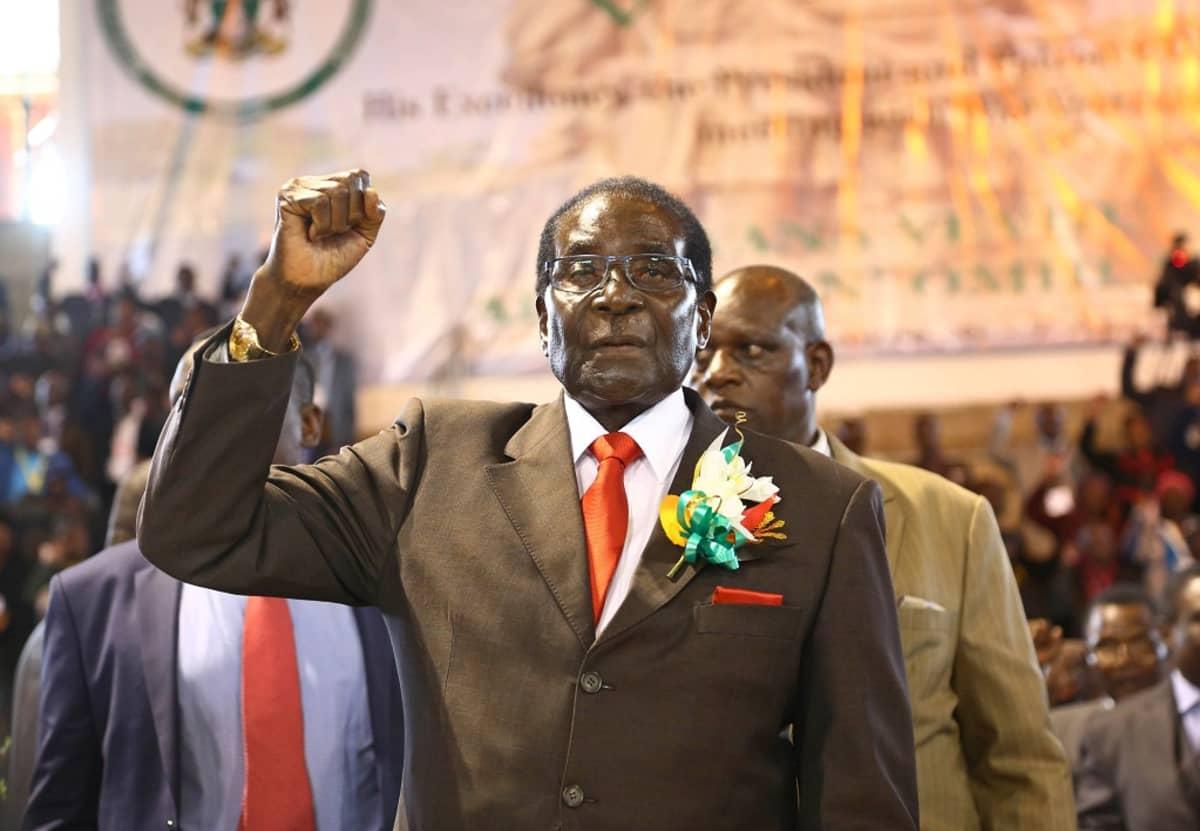 Kuvassa Zimbabwen presidentti Mukabe oikea käsi pystyssä. Kuva otettu tilaisuudesta, jossa Mugabe puhui sotaveteraaneille.