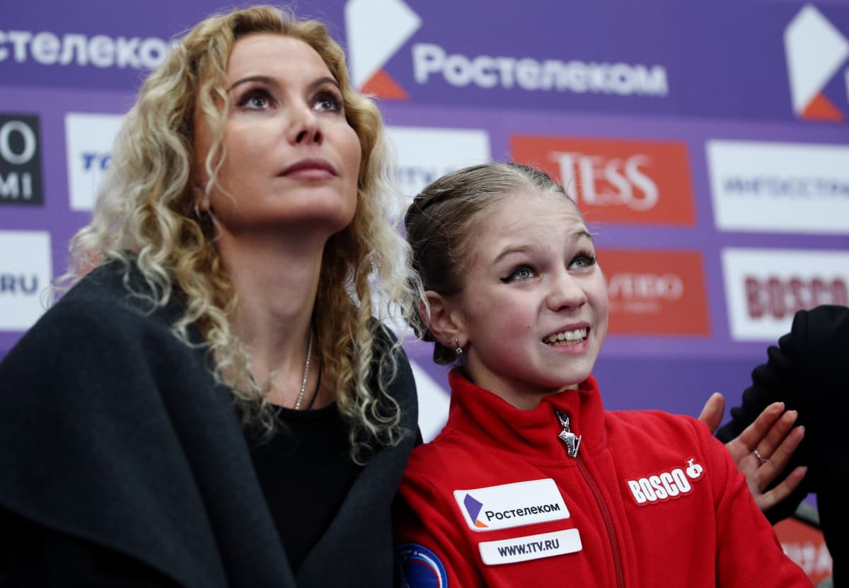Aleksandra Trusova (oik.) kuului Eteri Tutberidzen valmennusryhmän timantteihin. Huippulupauksen lähtö kilpailevaan leiriin oli kova isku.