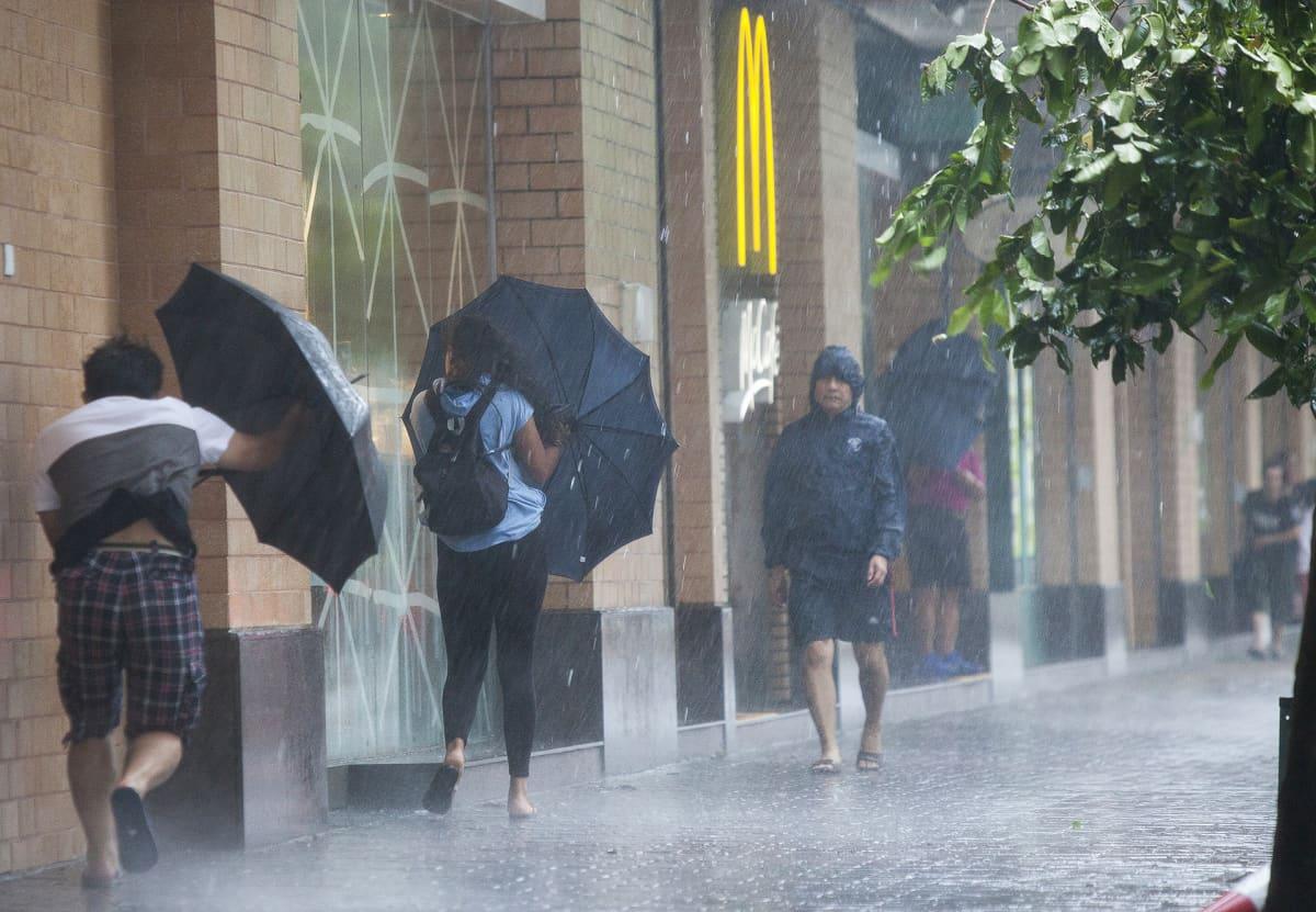 Mangkhut-taifuunin rankkasateet piiskaavat katuja Hongkongissa.