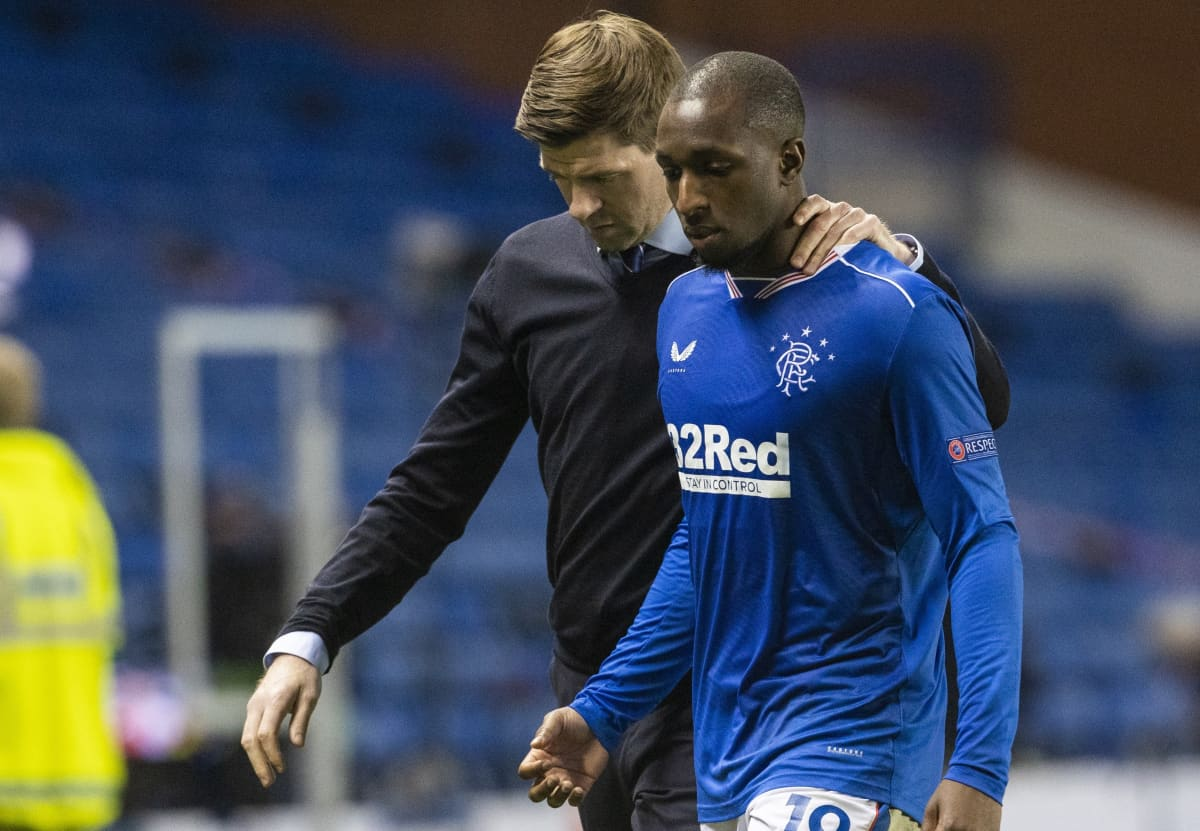 Glasgow Rangersin päävalmentaja Steven Gerrard rauhoitteli Glen Kamaraa tämän otettua yhteen Slavia Prahan puolustajan Ondrej Kudelan kanssa. Kamaran mukaan Kudela solvasi häntä rasistisesti.
