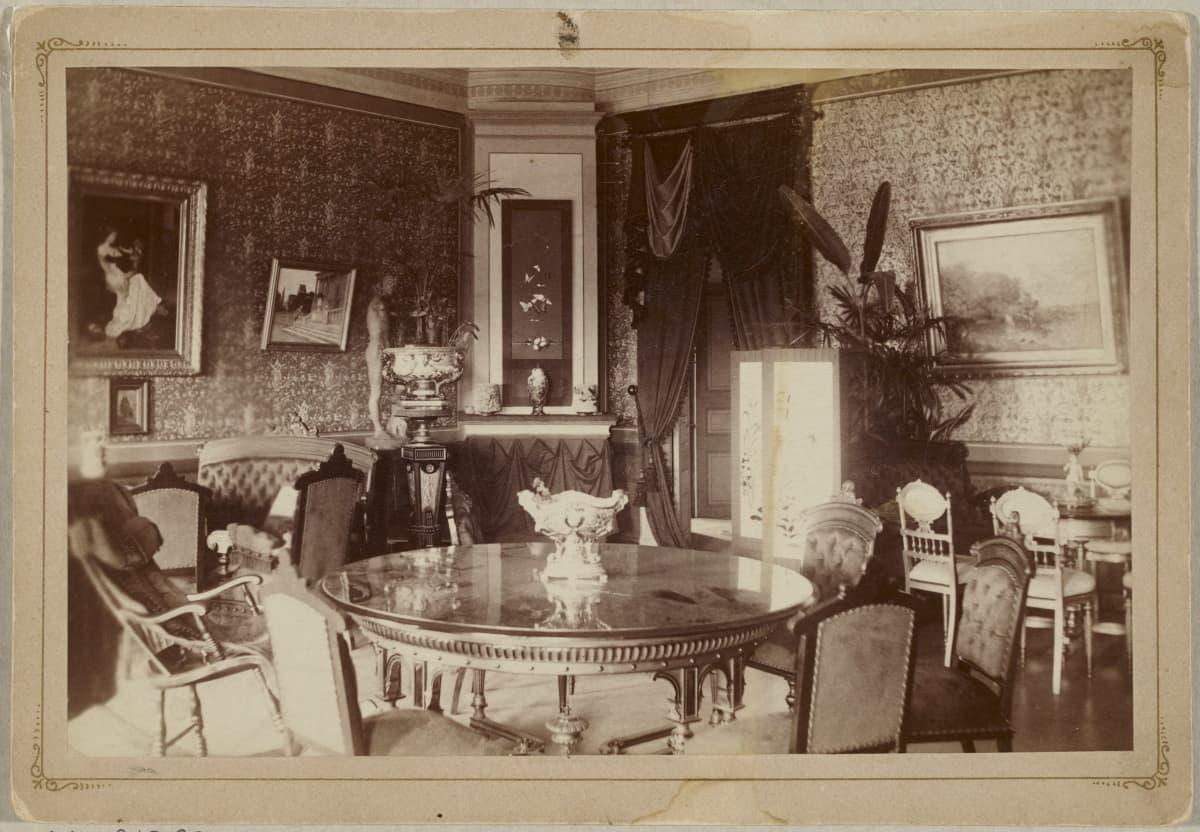 Kuva Keisarintalon sisältä, salongista. Paljon arvokkaan näköisiä huonekaluja.