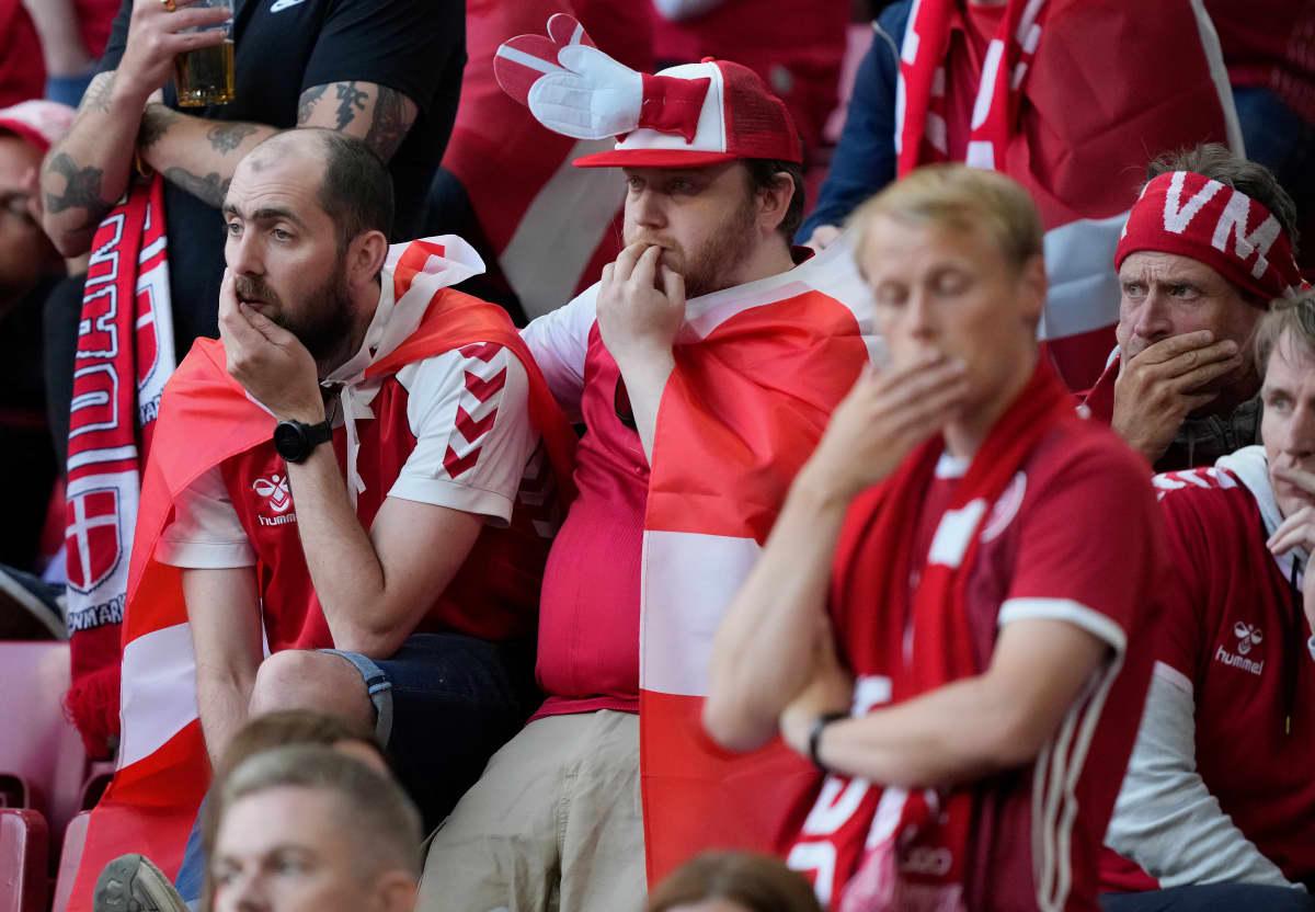 Huolestuneet tanskalaisfanit EM-kisojen ottelussa Tanska-Suomi