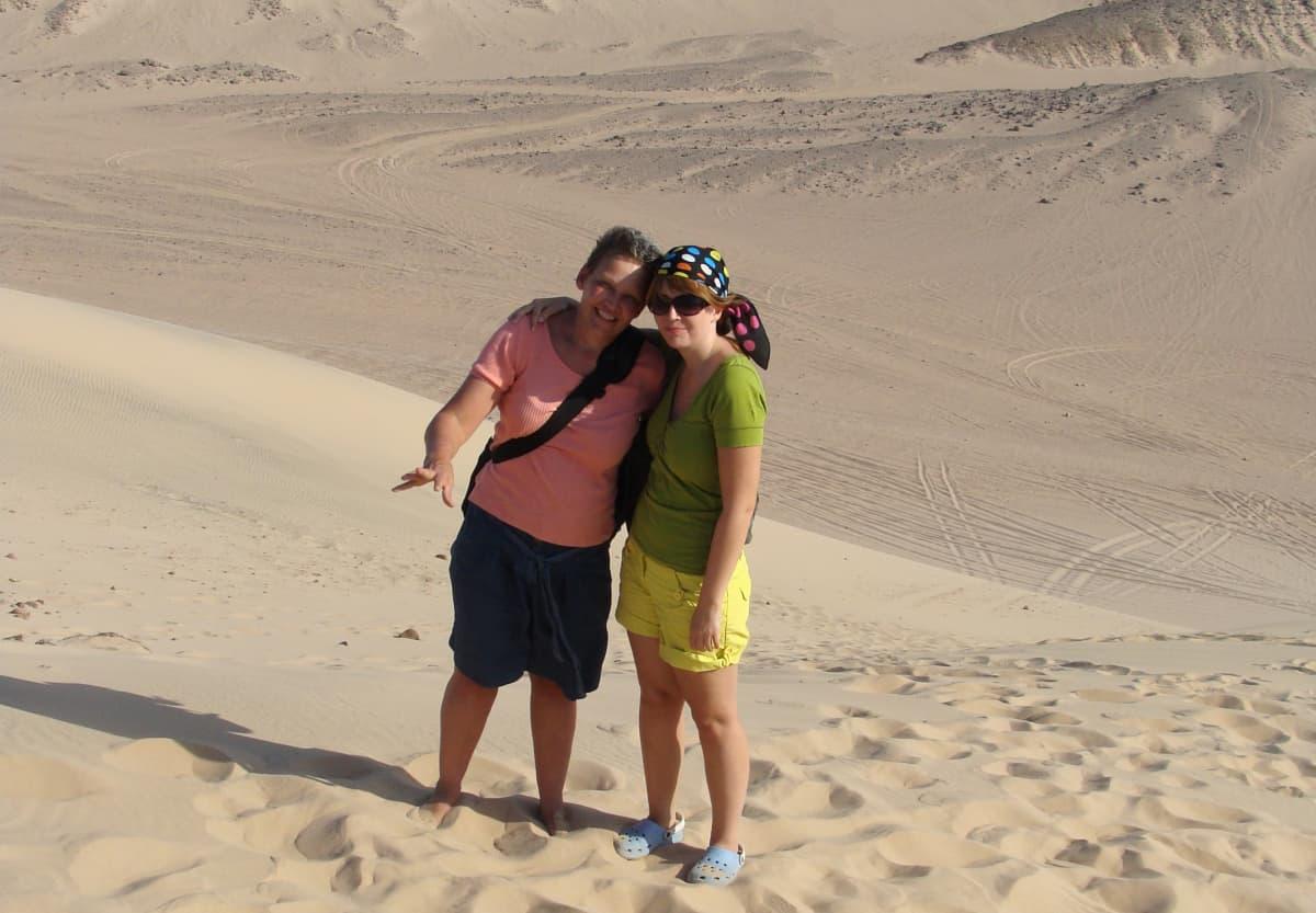 Kaksi naista hiekkadyyneillä