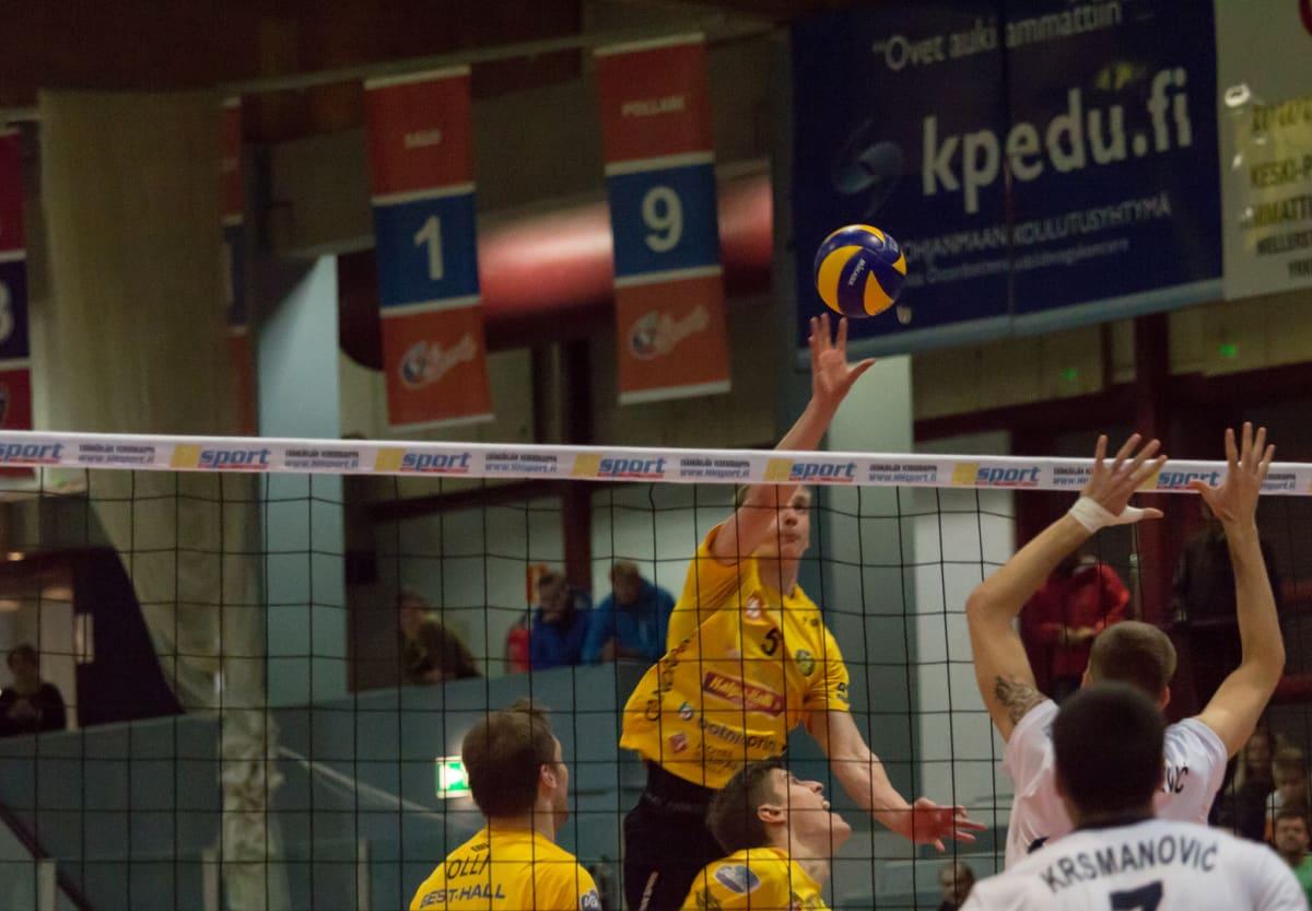 Niklas Seppänen jujuttaa palloa torjunnan taakse