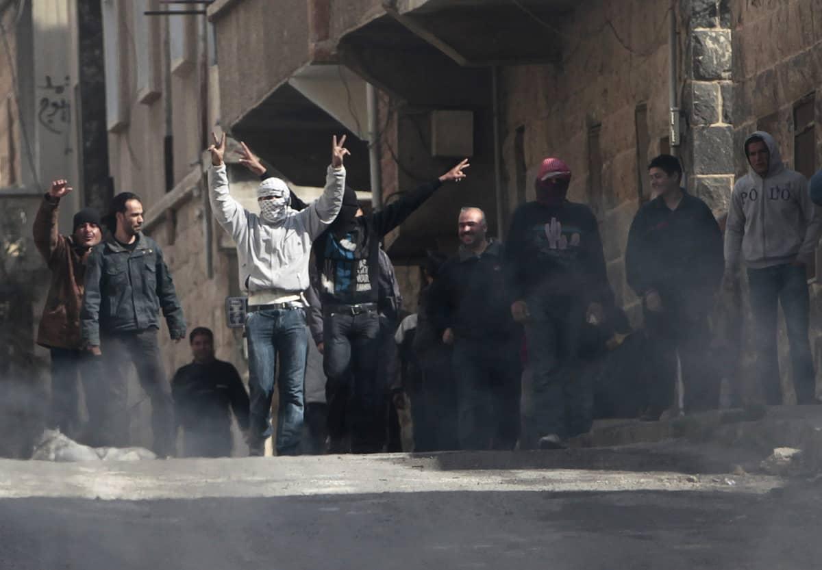 Mielenosoittajia Daraassa Syyriassa.