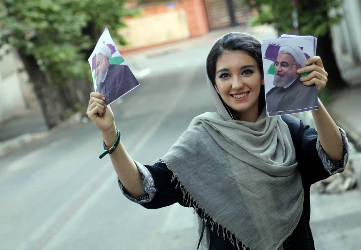 Iranilainen nainen kampanjoi presidentti Hassan Ruhanin puolesta Teheranissa.