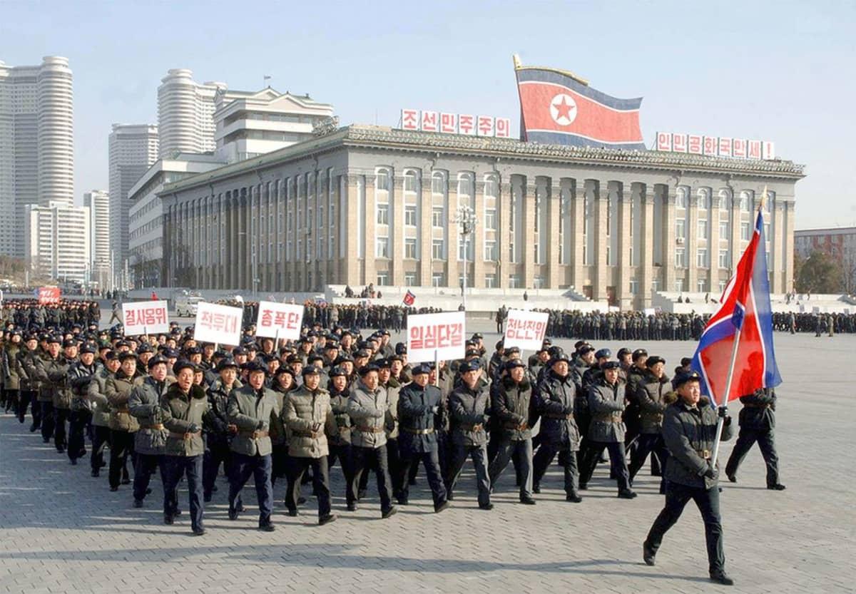 Pohjois-Korean armeijan 67. vuosipäivän kunniaksi marssitaan Kim Il-Sungin aukiolla Pohjois-Korean pääkaupungissa 8. helmikuuta.