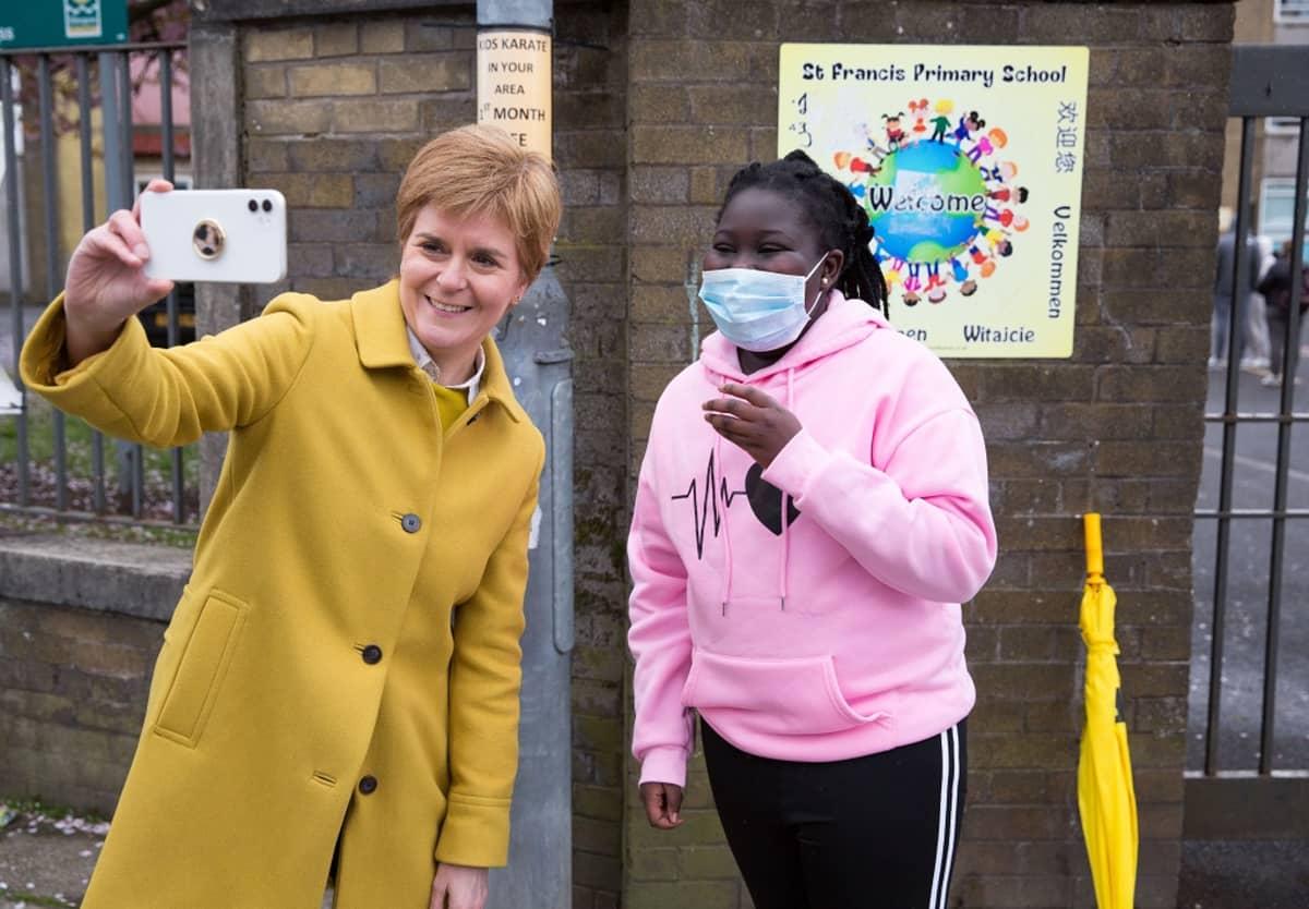 Sturgeon ottaa selfietä nuoren tytön kanssa.