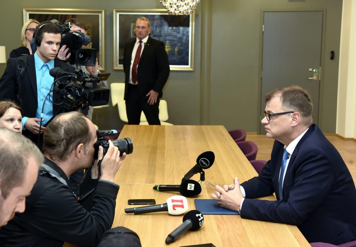 Pääministeri Juha Sipilä tapaa mediaa Turun lentokentällä 13. kesäkuuta 2017. Pöydällä kansiossa Sipilän hallituksen erokirje. Presidentti Sauli Niinistön ja pääministeri Juha Sipilän tapaaminen on peruttu Kultarannassa. Sipilän oli määrä pyytää hallituksen eroa presidentti Niinistöltä. Syynä oli silloisen hallituspuolueen perussuomalaisten hajoaminen.