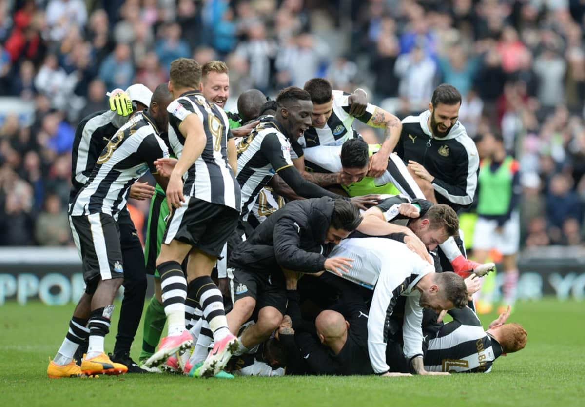 Newcastlen pelaajat juhlivat Mestaruussarjan voittoa.