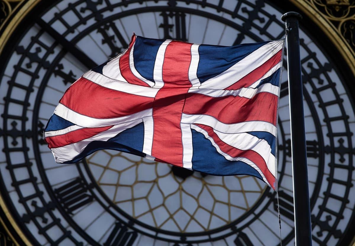 Britannian lippu liehuu parlamenttirakennuksen tornin, Big Benin, kellon edessä 9. maaliskuuta 2017.