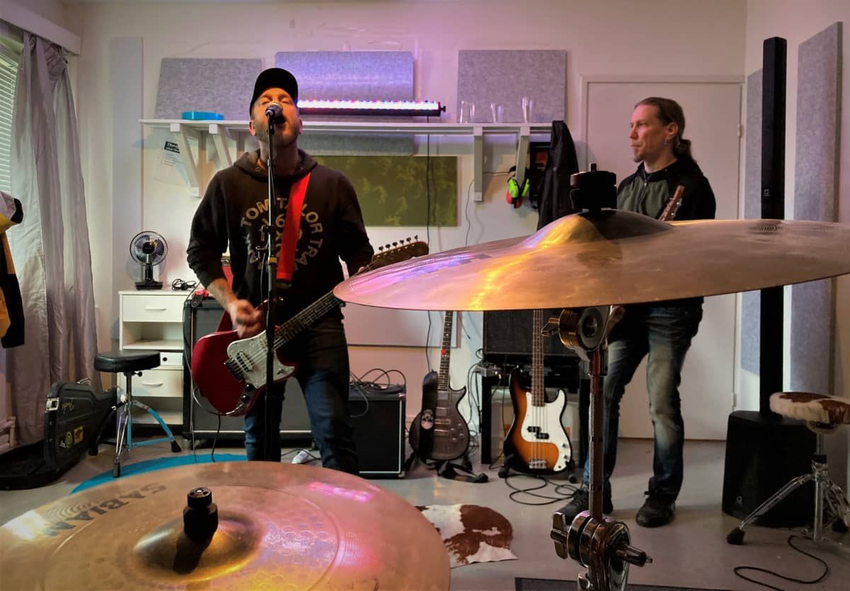 Ilkka Huhtala  laulaa ja Sami Jänikselä soittaa kitaraa.