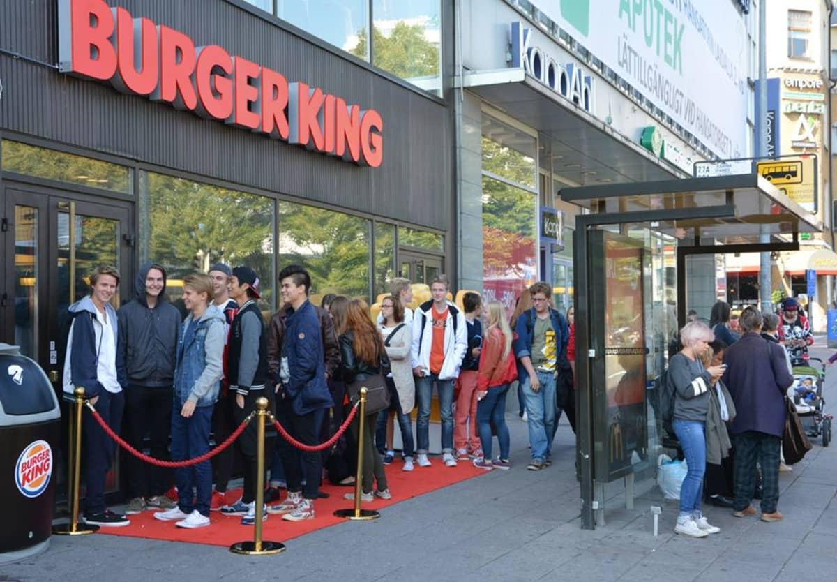 Ihmiset jonottavat Burger Kingiin