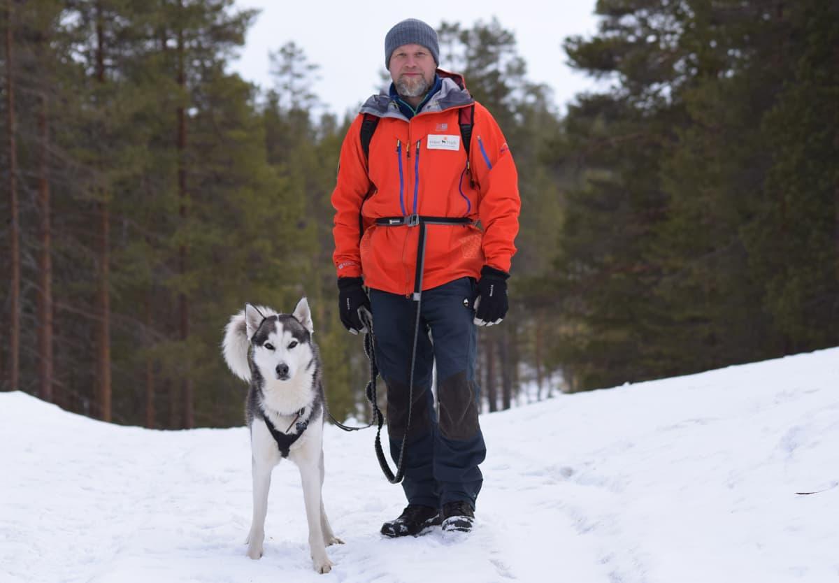 Janne Autere ja Pena-koira Syväjärven suojelualueen maisemissa.