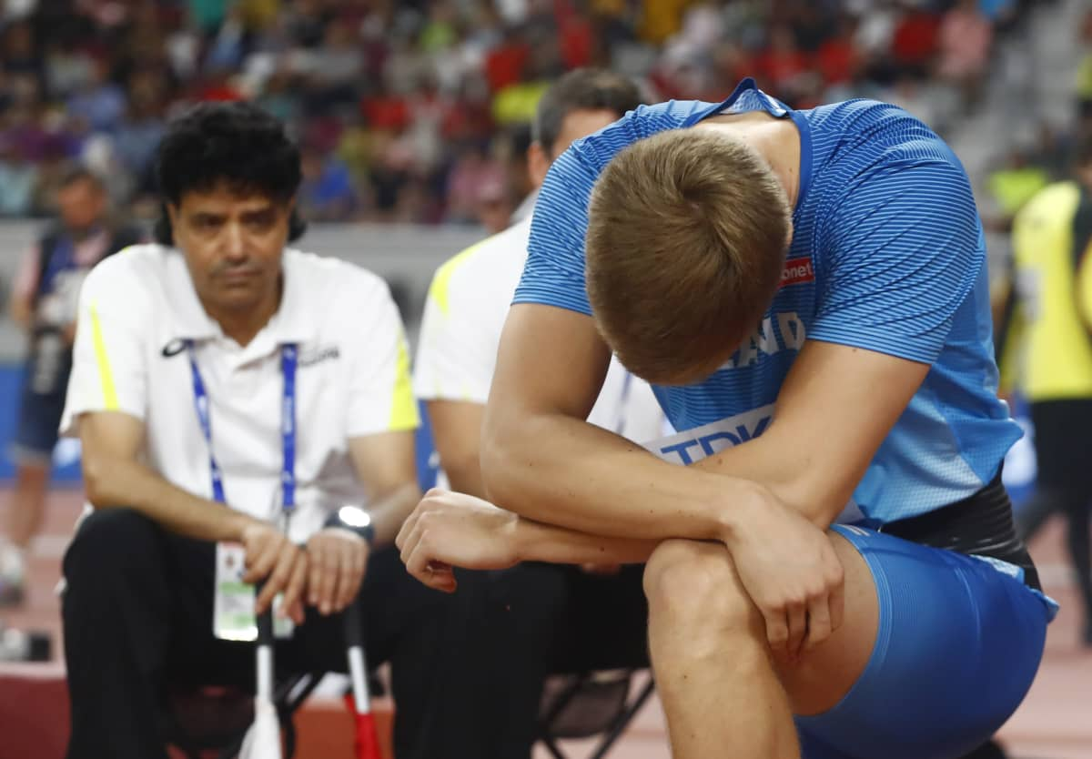 Oliver Helander pettyneenä vuoden 2019 Dohan MM-karsinnan jälkeen.