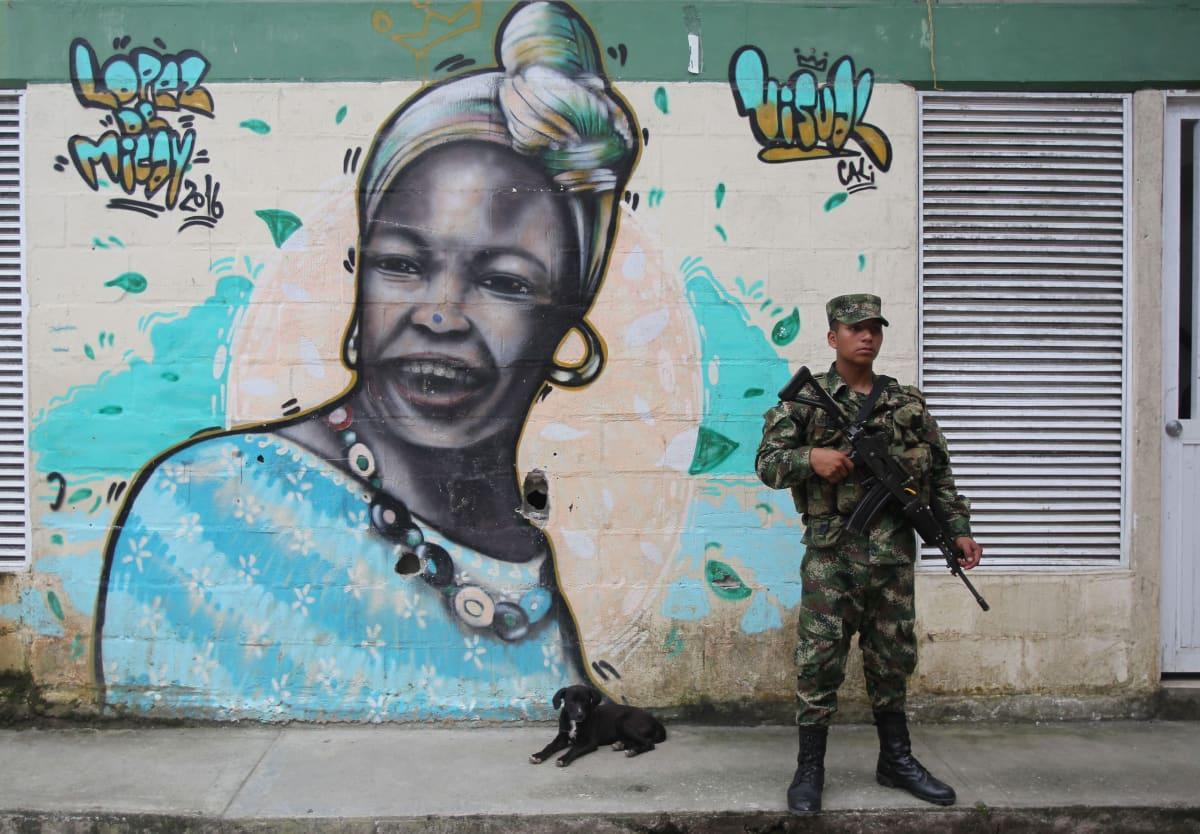 Kolumbialainen sotilas valvoo Buenaventurassa kaupungin katua.