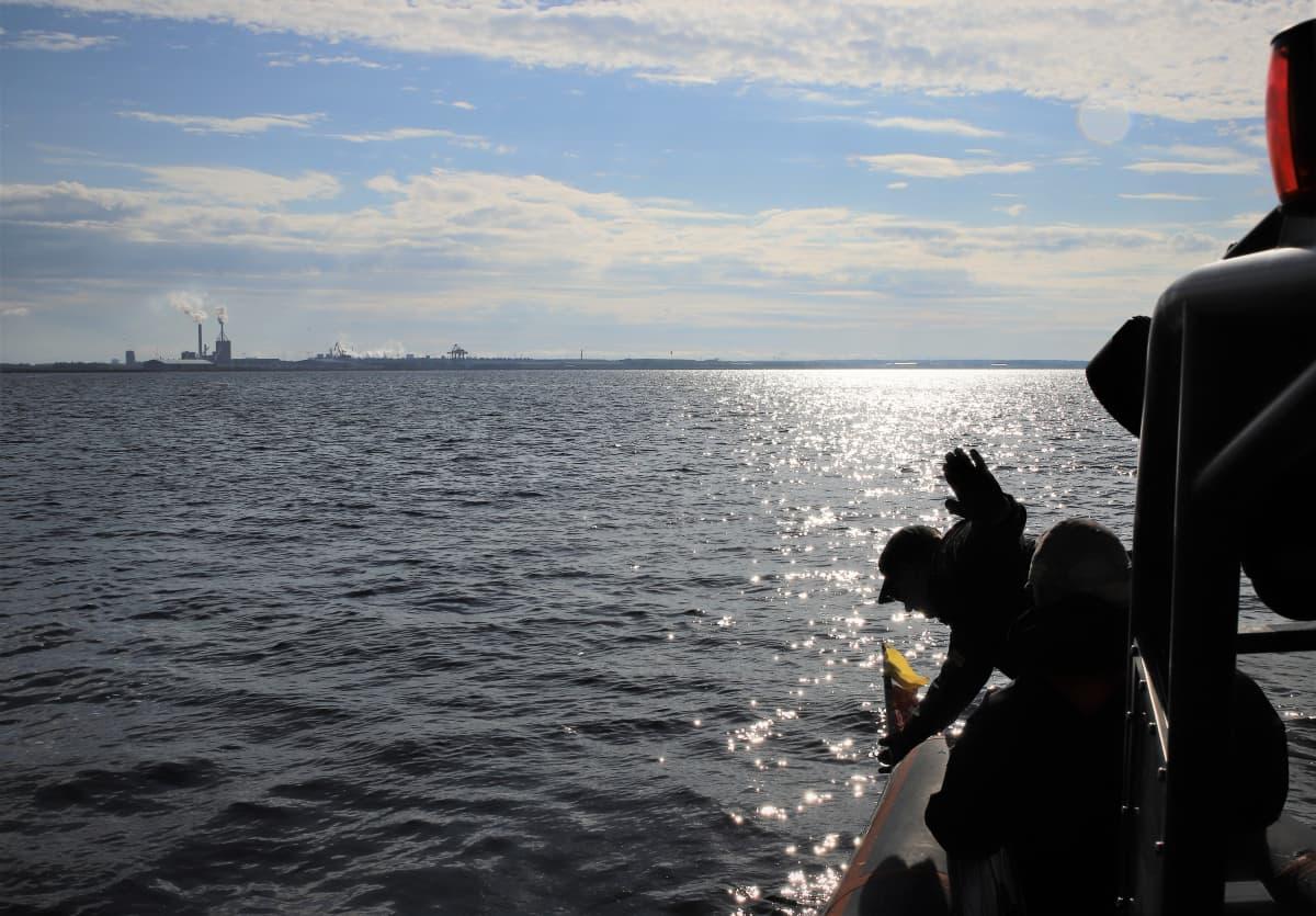 Virpiniemen merivartioaseman vartioupseeri Markku Häggman tarkistaa pyydyksien kalastusmerkintöjä Perämerellä 18.6.2019.
